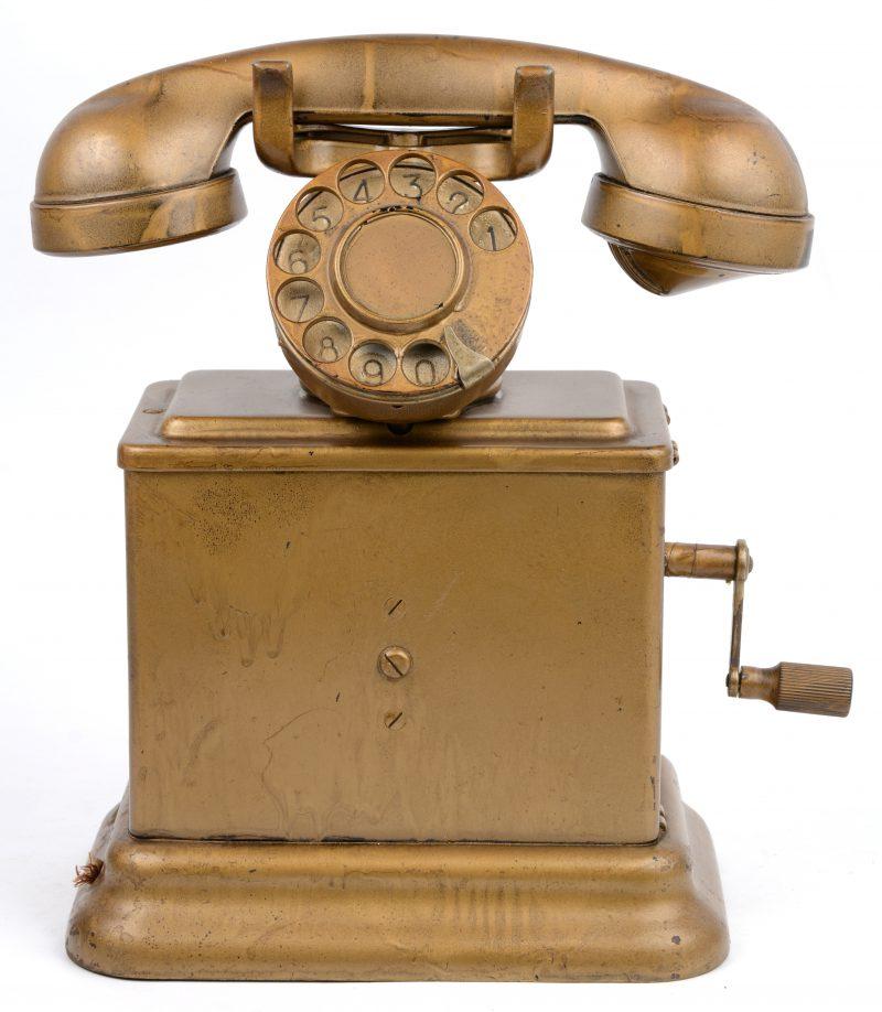 Een met goudverf gepationeerde oude draaischijftelefoon.