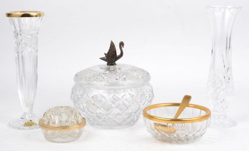 Een lot geslepen kleurloos kristal, bestaande uit een bonbonière met een bronzen zwaantje op het deksel, twee smalle vaasjes, een kleine pennenhouder en een schaaltje met lepeltje.