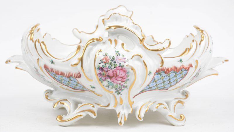 Een sierterrine van meerkleurig en verguld porselein in Lodewijk XV-stijl. Onderaan gemerkt.