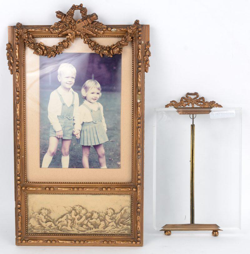 Twee vergulde fotokadertjes, waarbij één van hout en plaaster en één van messing en glas. (Glasschilfer achteraan)