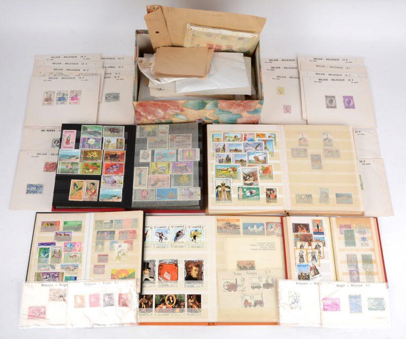 Een collectie postzegels. Enkele kleine albums met diverse zegels, overwegend vierde kwart XXste eeuw. Een doos met enveloppes met telkens een aantal losse zegels plus een aantal oudere Belgische reeksen.
