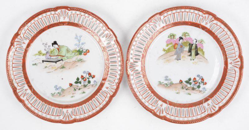 Een paar beiers porseleinen bordjes met opengewerkte vleugel en met meerkleurig Japans decor. Onderaan gemerkt.