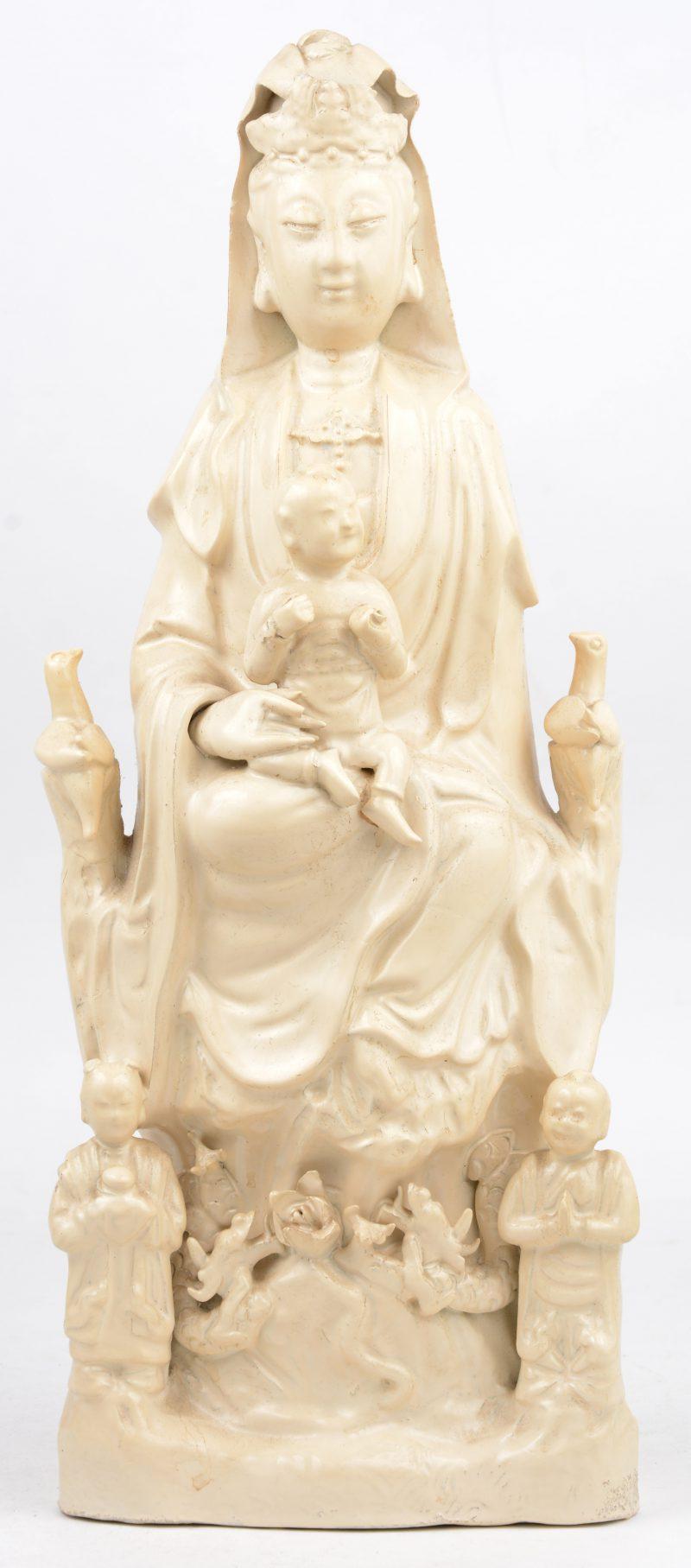 Een antieke Quanyin van monochroom wit porselein naar het blanc-de-Chine-porselein. Gerestaureerd, overschilderd en kleine beschadiging aan de tiara en de hand.
