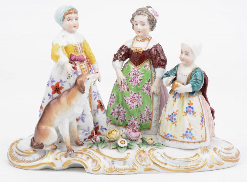 """""""Kinderen met hond"""". Een groepje van meerkleurig porselein. Gemerkt. XVII (?) eeuw."""
