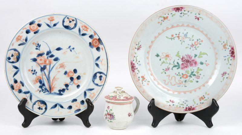 Een lot XVIIIe eeuws porselein, bestaande uit een bord van Imari-porselein, een Famille rose bord en een Compagnie des Indes roompotje met dekseltje. Het laatste gerestaureerd.