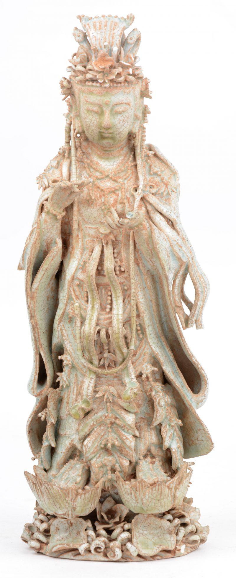 Een Quanyin van geqraqueleerd aardewerk in de stijl van het Qingbai-aardewerk. Diverse beschadigingen.
