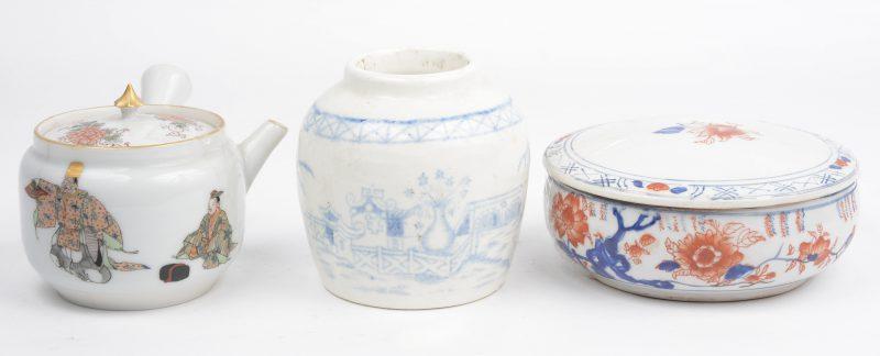 Een lot porselein, bestaande uit een Japans theepotje en zalfdoosje en een Chinees vaasje. Het tweede onderaan gemerkt.