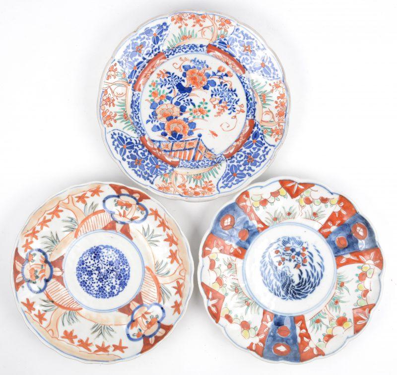 Drie verschillende Imari borden.