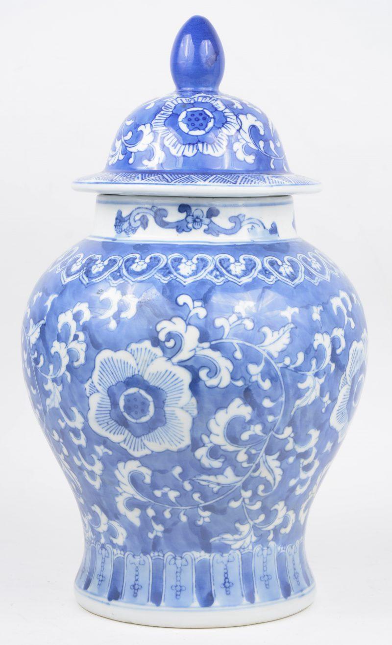Een dekselvaas van Chinees porselein met een blaiw en wit floraal decor. Onderaan gemerkt.