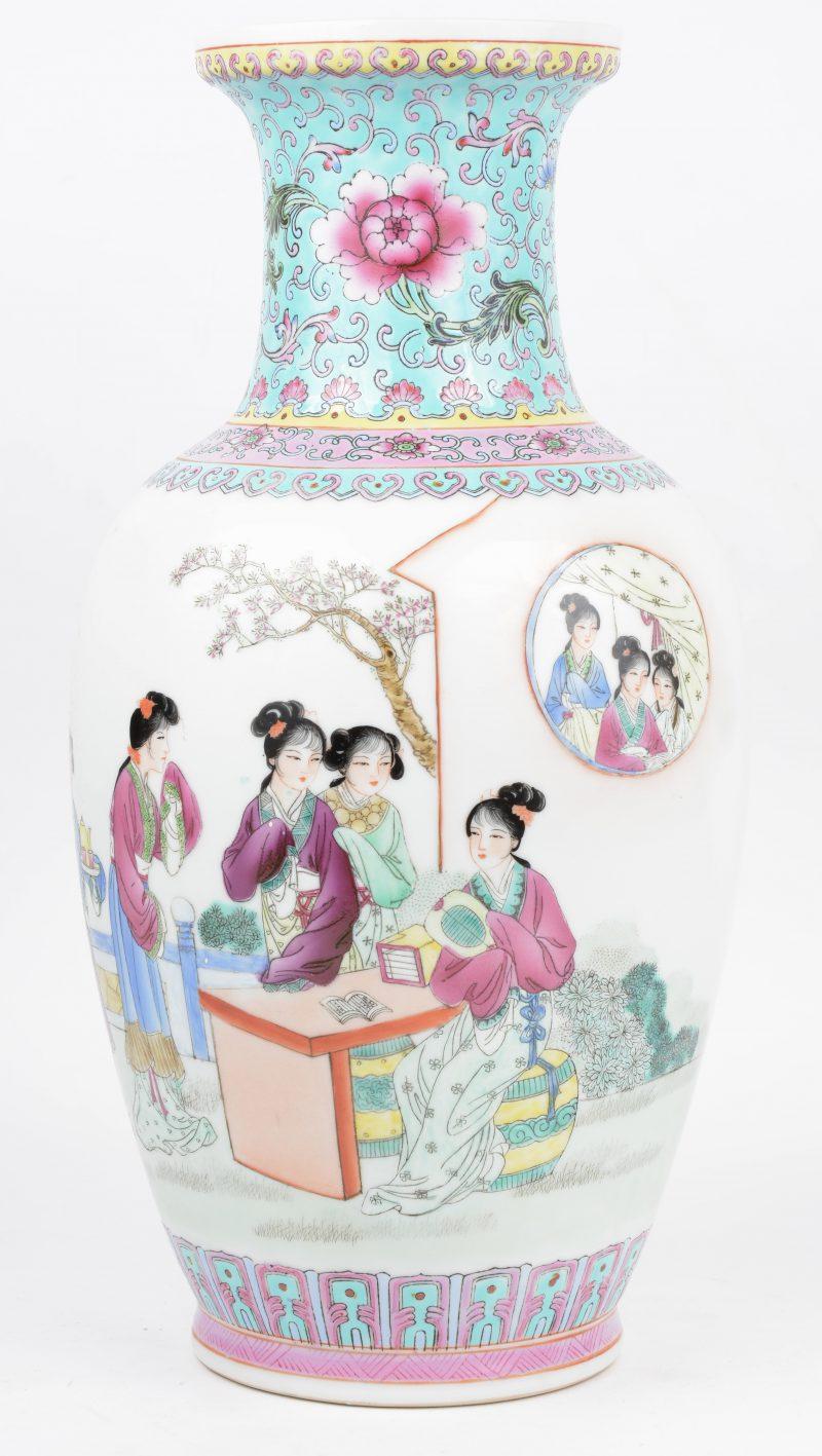 Een recente vaas van Chinees porselein met een famille-rosedecor. Onderaan gemerkt.