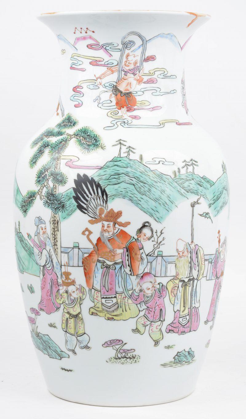 Een balsutervaas van Chinees porselein met een meerkleurig decor van personages en dieren.