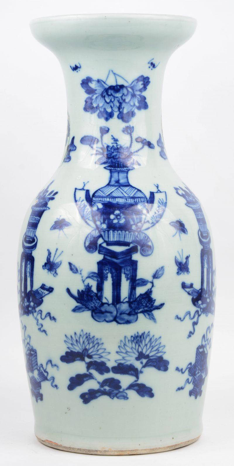Een vaas van Chinees porselein met een blauw op wit decor van bloemenvazen. Barst en restauraties over de hals.