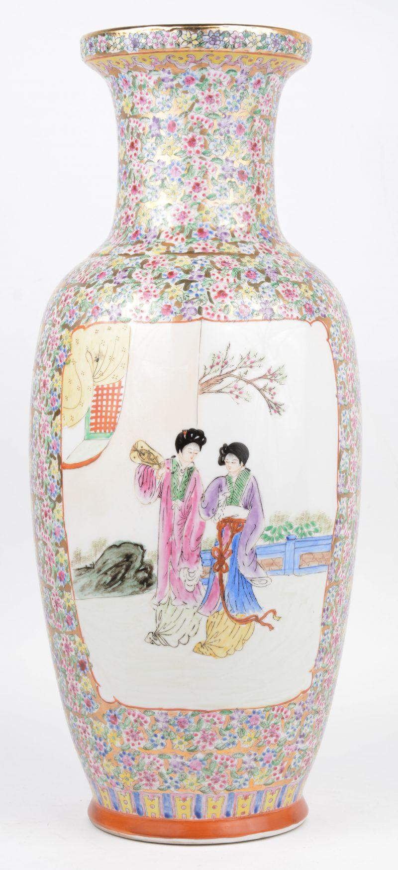 Een porseleinen balustervaas met een meerkleurig decor van geisha's in een uitsparing op een achtergrond van bloemen. Onderaan gemerkt.