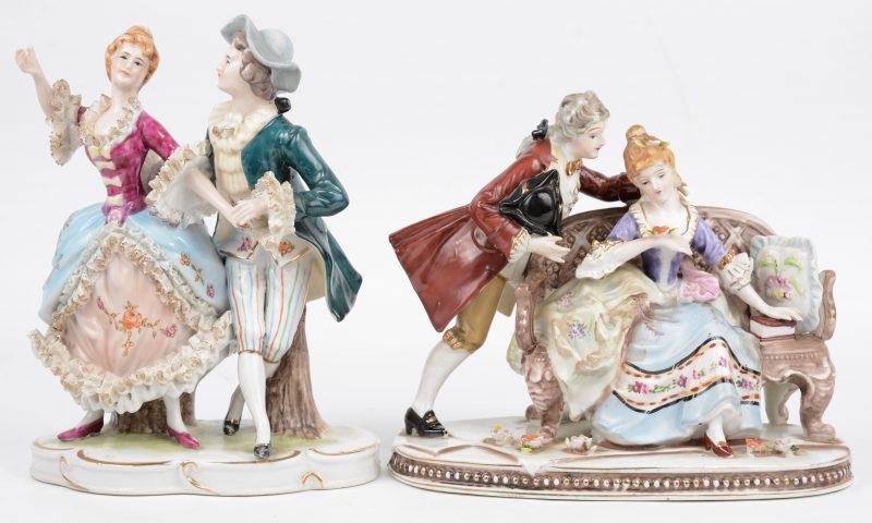 Twee groepjes van meekleurig porselein met vergulde details.