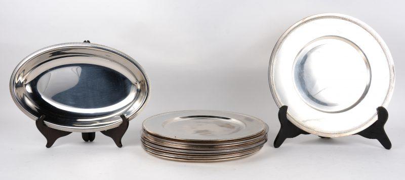 Een reeks van zes en een reeks van acht verzilverd metalen sous-assiettes. Bijgevoegd een ovale schotel van Etang & Remy in originele doos.