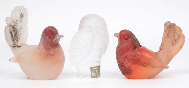 Een uiltje van geslepen en deels gesatineerd kristal van Lalique en twee Italiaanse glazen duifjes. Het eerste met klein barstje aan de vleugel.