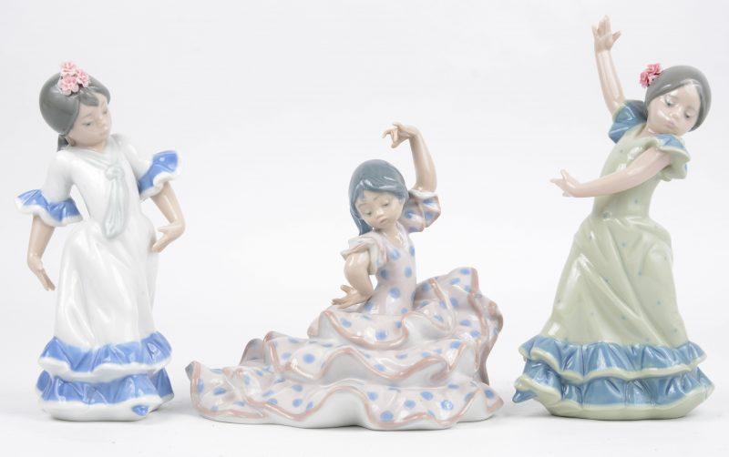 """""""Danseresjes"""". Drie beeldjes van meerkleurig Spaans porselein. Onderaan gemerkt."""