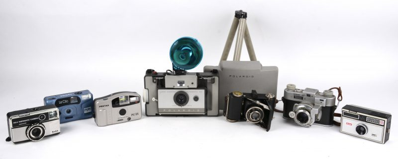 Een collectie oude camera's:- Polaroid Land camera automatic 103- Polaroid Flashgun 268.- Pentax PC-55- Balda Werke Jubilette- Le Clic FS40 Fun Shooter- Kodak 35- Kodac Instamatic 100- Kodac Instamatic 355X