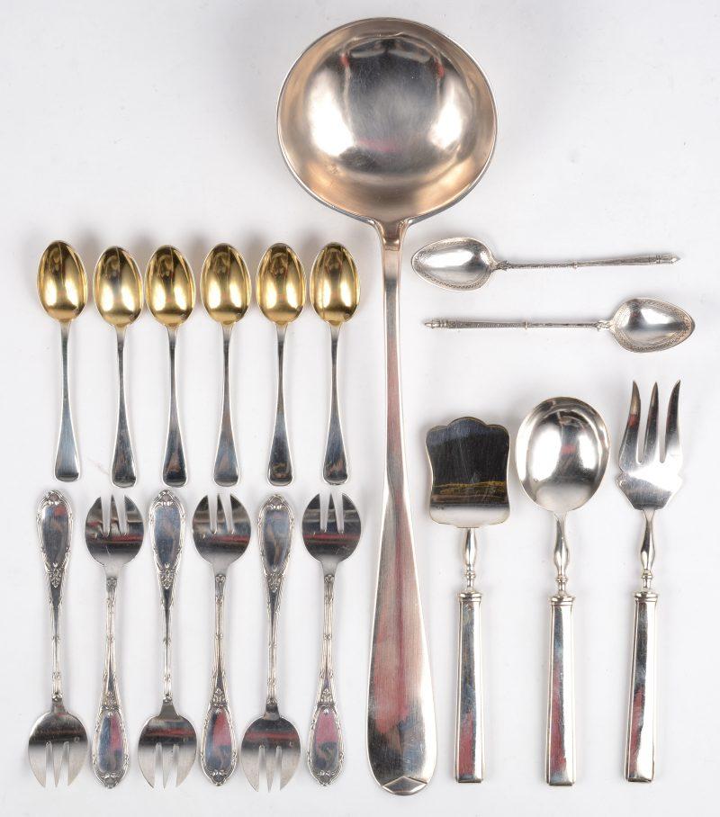 Een lotje zilver, bestaande uit een driedelig hors-d'oevrebestekje met zes lepeltjes en een pollepel. 800‰. Bijgevoegd twee kleine lepeltjes en zes vorkjes.