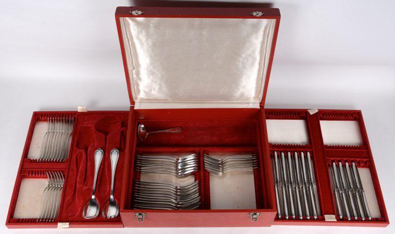 Een incompleet verzilverd metalen bestek in ménagère, bestaande uit:- tweedelig slabestek.- 6 visvorken, 10 vismessen.- 9 kleine messen, 12 grote messen- 8 lepels- 7 kleine vorken, 12 grote vorken- een sauslepeltje.