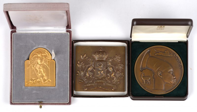 Drie herdenkingsplaquettes, waarvan twee van de A.F.A.C. en één van de Stad Brussel ter gelegenheid van een gouden jubileum.