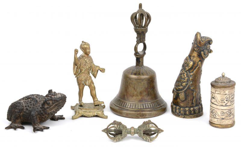 Een lot van 6 Aziatische bronzen voorwerpen, waarbij o.a. een pad, een belletje, een busje met been, enz.