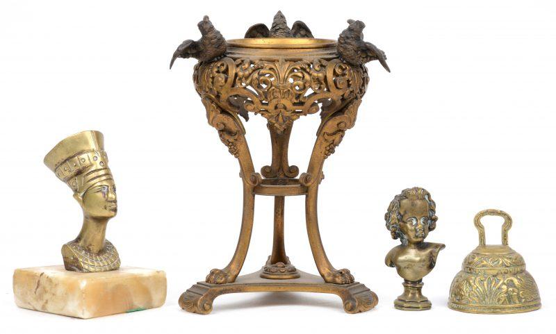 Een lotje brons, bestaande uit een opengewerkt voetje met drie vogeltjes (zonder glazen recipiënt en dekseltjes, een kleine buste van Nefertete op onyx, een belletje en een wasstempel met kinderbuste.