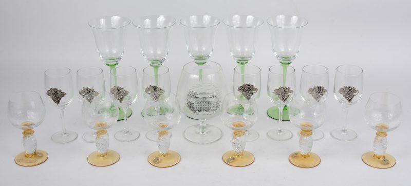 Een lot glazen, waarbij vijf op hoge groene voet, een cognacglas, acht met tinnen druiventrosje en zes met gele voet en gegraveerde kelk.