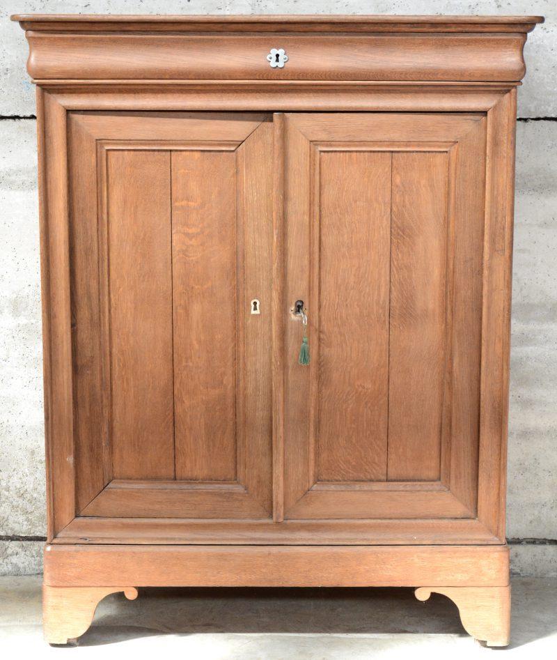 Een sober meubel in Louis-Philippestijl met twee panelen en een lade.