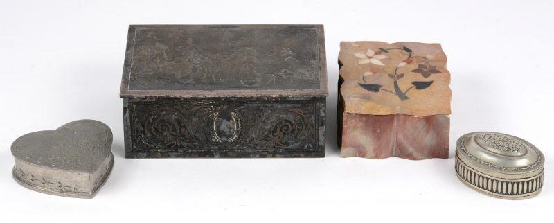Een lot doosjes, waarbij één van diverse mineralen, één van verzilverd metaal met gegraveerd decors, een verzilverd pillendoosje en een hartvormig doosje van tin.
