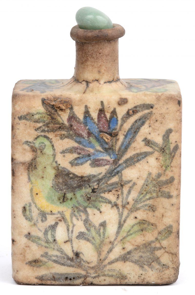 Een geglazuurd Perzisch aardewerken flesje met meerkleurig decor van vogels en bloemen.