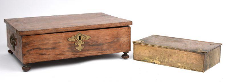 Een gefineerd houten kistje en een kleiner kistje van gedreven messing.