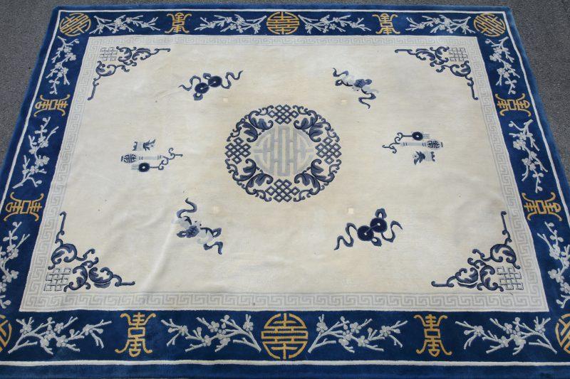 Een handgeknoopt Chinees wollen tapijt.