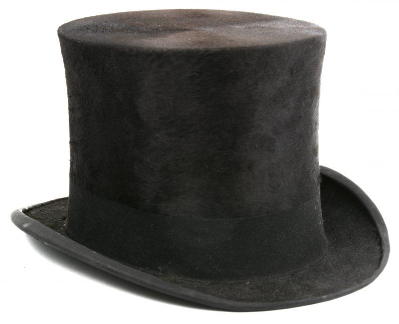Een zwarte vilten hoge hoed gemerkt London Fashion en met kartonnen hoedendoos van Oud Huis Félix Goemans Zoon, Kammenstraat.