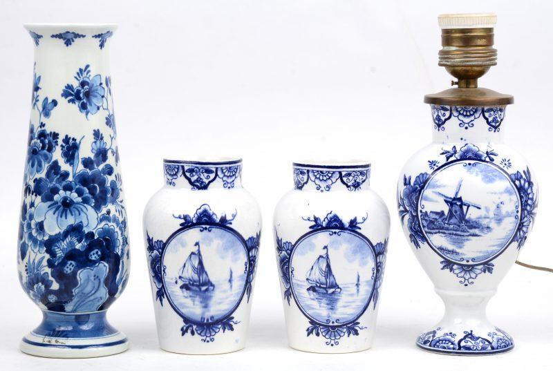Drie vaasjes en een lampvoet van blauw en wit aardewerk. Delft en Nimy.