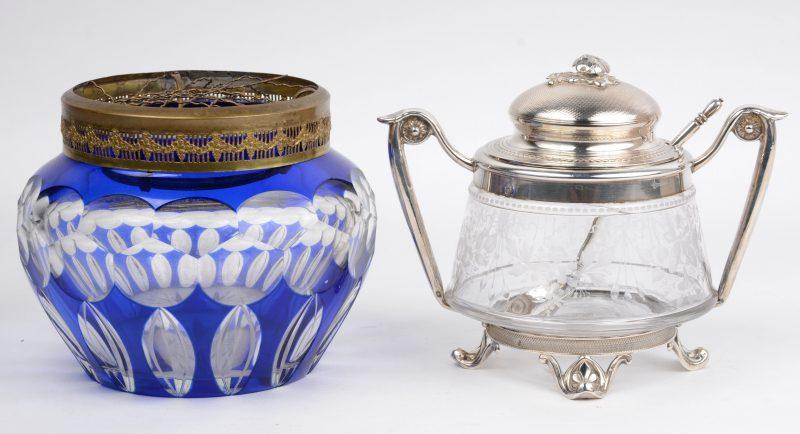 Een pique-fleurs van geslepen kristal, in de massa blauw gekleurd en een jampot van verzilverd metaal en geslepen glas.