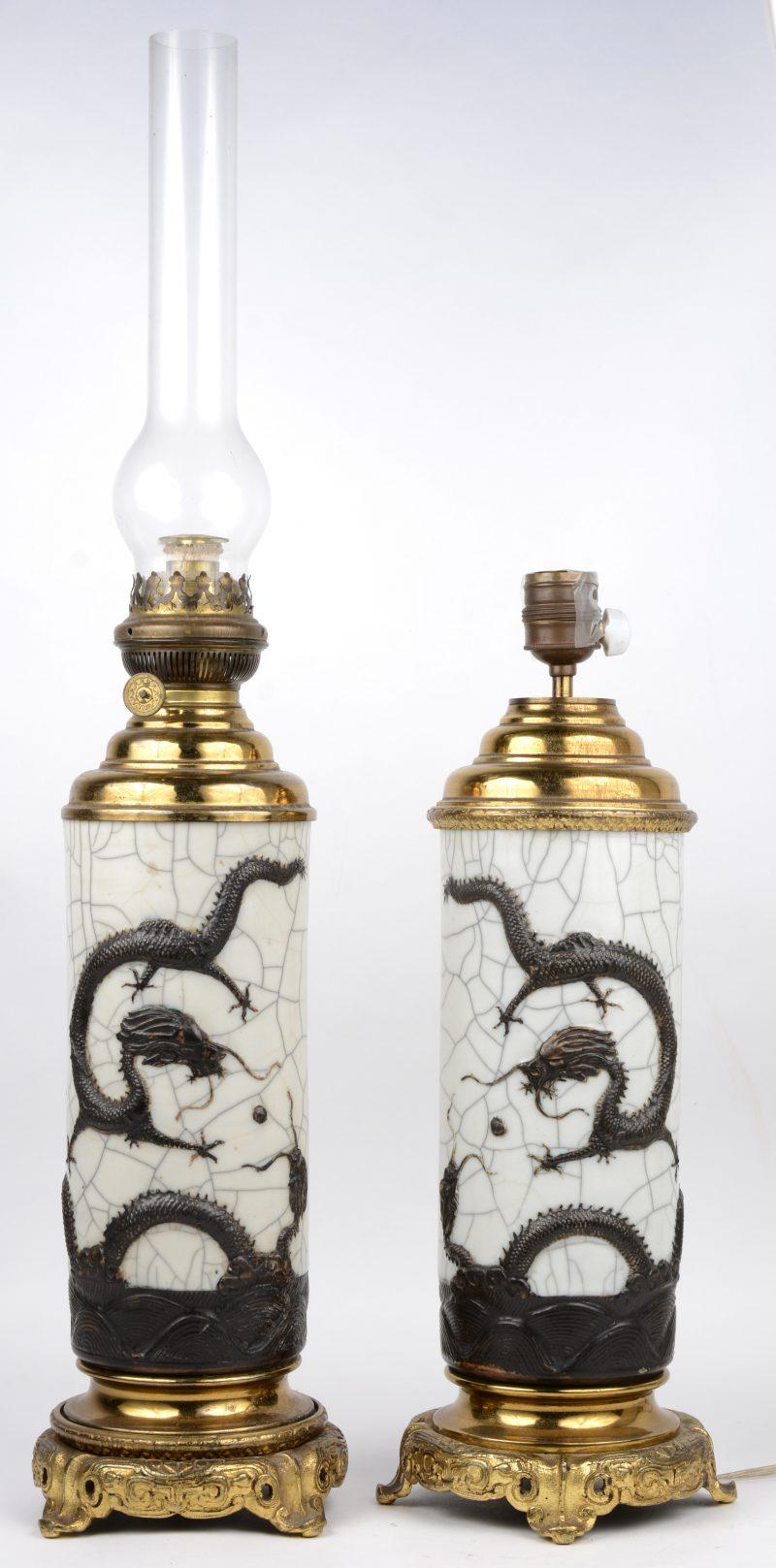 Een paar olielampen van Japans aardewerk en koper. De ene met lampenglas, de andere omgezet op elektriciteit. H. 37 cm (voet).