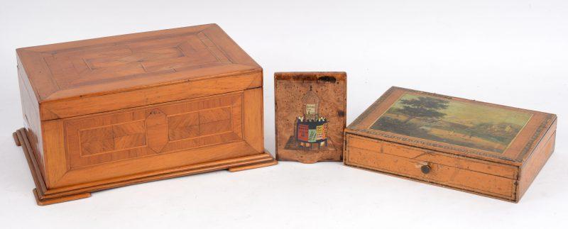 Een lot, bestaande uit een fruithouten kistje met inlegwerk, een houten doosje met vier kleiner doosjes met landschapsdecors en een wortelhouten sigarettendoosje met ingelegd decor (beschadiging).