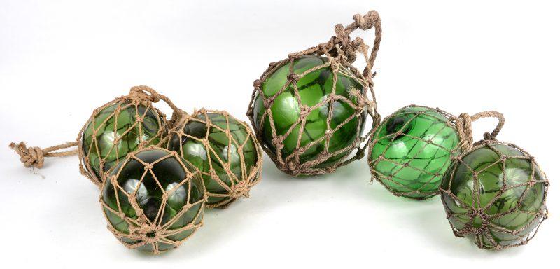 Een lot van zes antieke mondgeblazen glazen bollen voor vissersnetten.