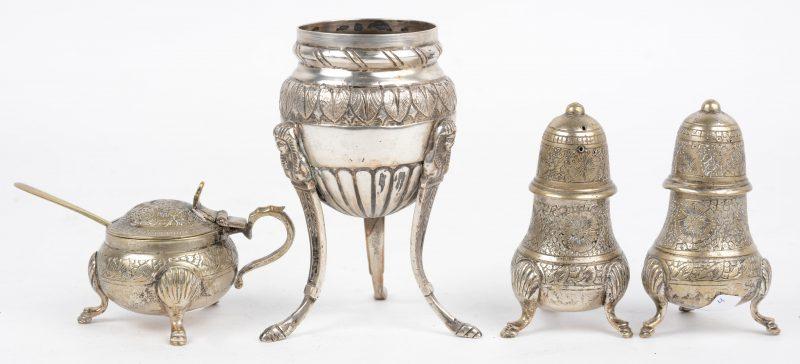 Een driedelig peper-, zout en mosterdsetje van verzilverd messing. We voegen er een zilveren (?) parfumbrander in Empirestijl aan toe. MERKEN NAKIJKEN.