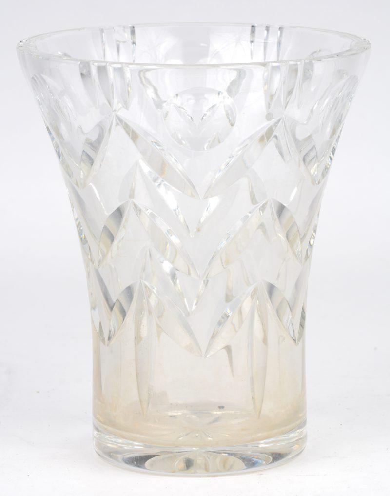 Een vaas van geslepen kleurloos kristal.
