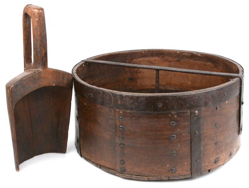 Een XVIIIe eeuwse houten graanmaat met schep. Gemerkt op de bodem.