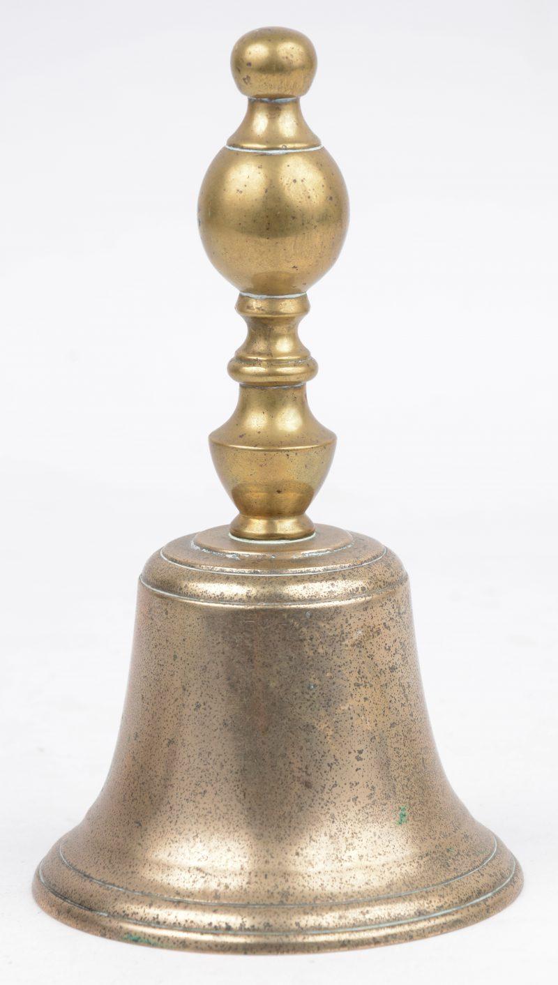 Een XVIIIe eeuwse koperen bel.