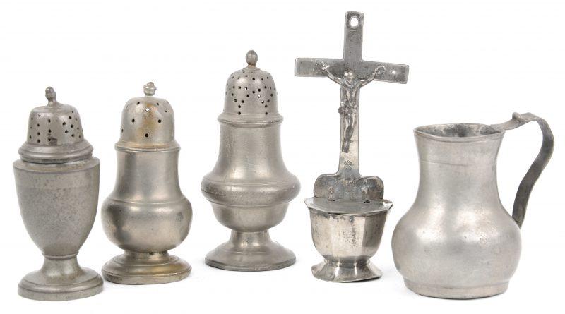 Een lot tin, bestaande uit drie (onder meer) Antwerpse peperbussen, een maartbekertje en een wijwatervaatje. XVIIIe eeuw.