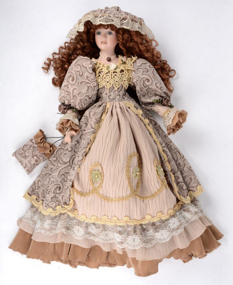 Een mooie decoratieve pop met hoofd, voetjes en handjes van biscuit.