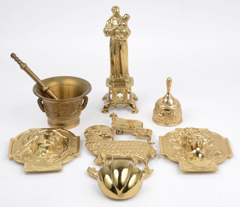 Een lot messingen voorwerpen, bestaande uit twee plaquettes met beeltenis van Christus en maria, een Sint Antonius, een vijzel met stamper, een wijwatervaatje met beeltenis van het Lam Gods en een tafelbelletje.