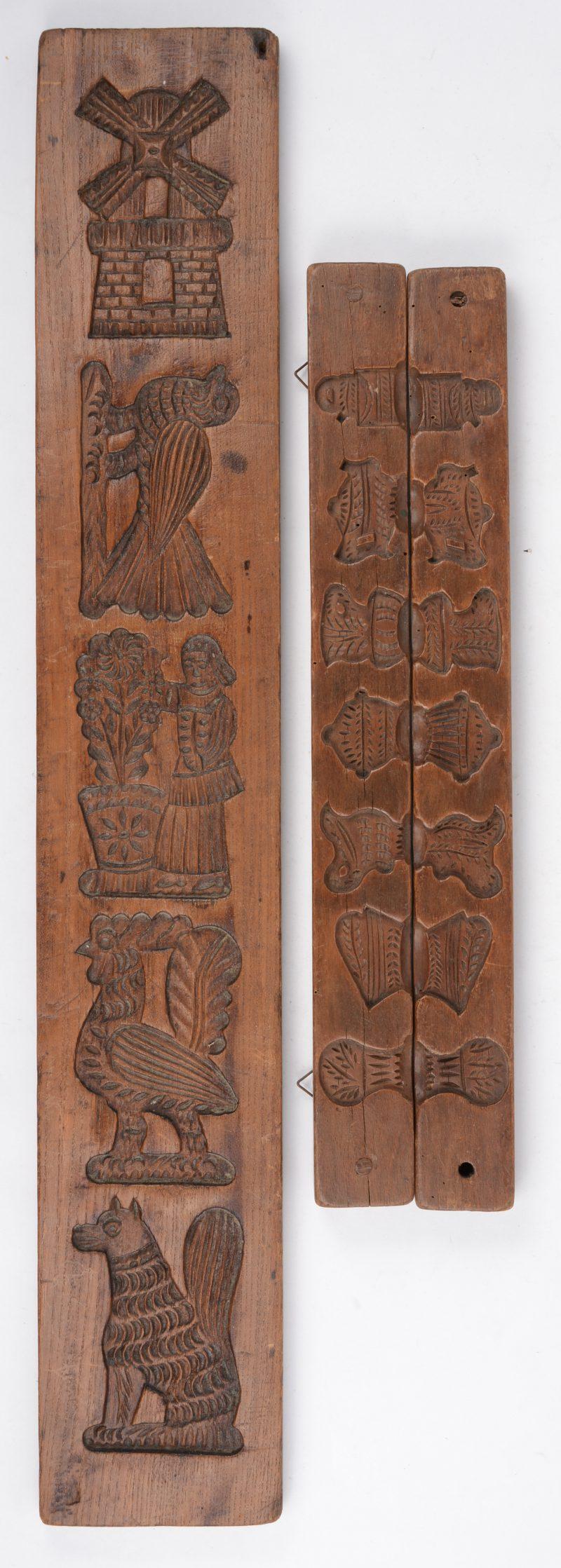 Twee houten speculaasplanken.
