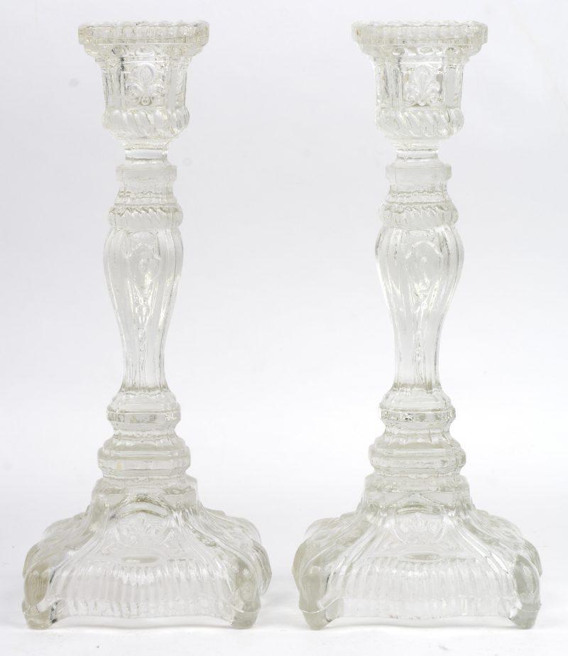 Een paar kandelaars van geperst glas.