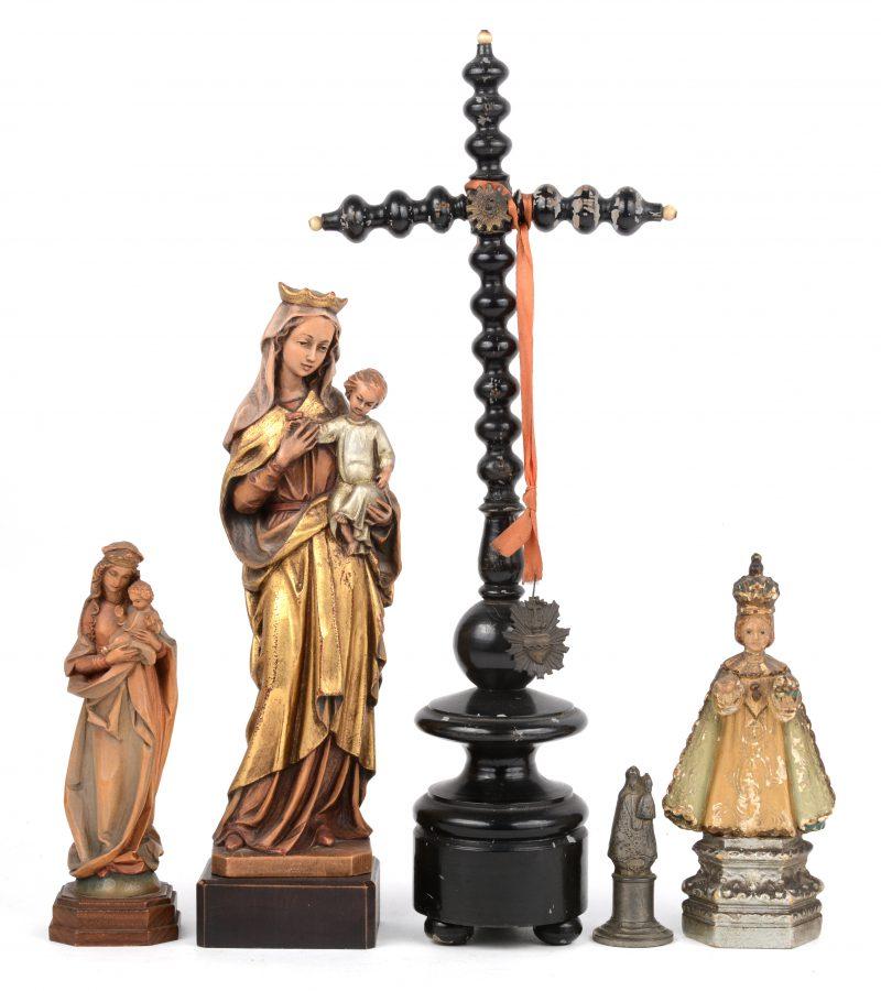 Een lot Heiligenbeeldjes, waarbij twee houten, een plaasteren, een tinnen en een houten kruisbeeld.