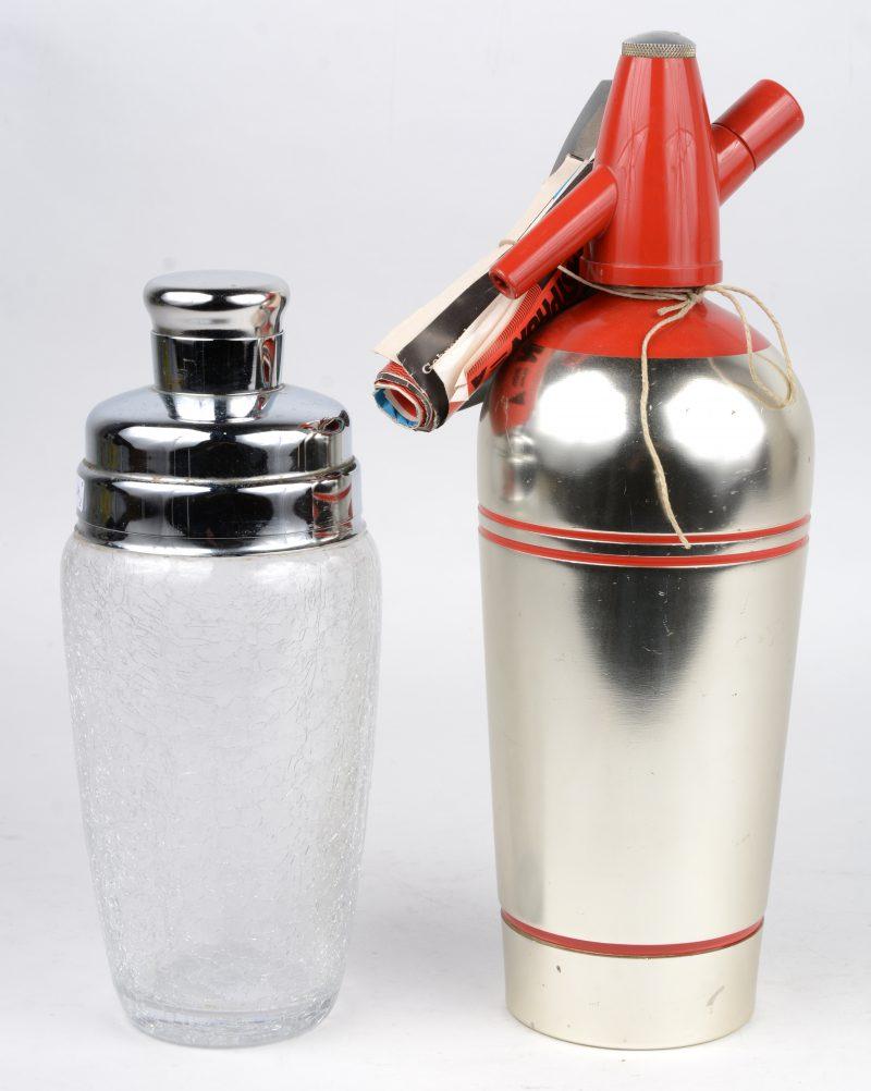 Een cocktailshaker van glas en metaal en een geborsteld metalen sodafles.